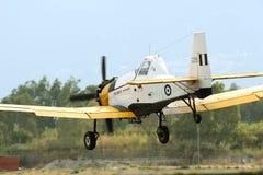 Aeroplano di PZL M18 B Dromader nel volo di terreno basso Fotografia Stock