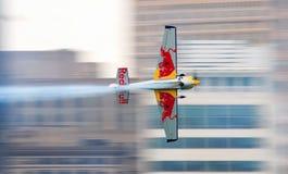 Aeroplano di Red Bull che corre vicino Fotografia Stock Libera da Diritti