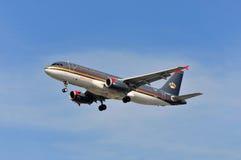 Aeroplano di Royal Jordanian Airlines sopra l'aeroporto di Francoforte Fotografia Stock Libera da Diritti