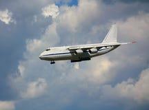 Aeroplano di trasporto nel cielo di estate Fotografia Stock