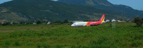 Aeroplano di Vietjet all'aeroporto di Lien Khuong in Dalat, Vietnam Immagini Stock