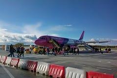 Aeroplano di Wizzair a Eindhoven fotografie stock