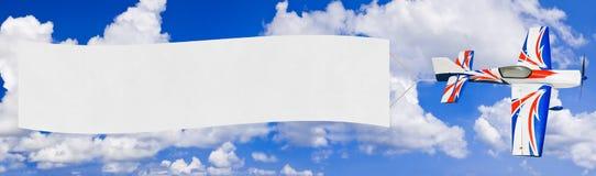 Aeroplano e bandiera di volo immagine stock libera da diritti