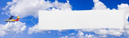 Aeroplano e bandiera di volo fotografia stock