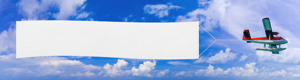 Aeroplano e bandiera di volo Fotografia Stock Libera da Diritti