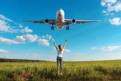 Aeroplano e donna sul campo al tramonto di estate fotografia stock libera da diritti