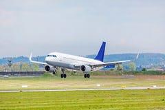 Aeroplano en acercamiento de aterrizaje en el aeropuerto Imágenes de archivo libres de regalías