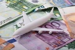 Aeroplano en billetes de banco euro imagen de archivo