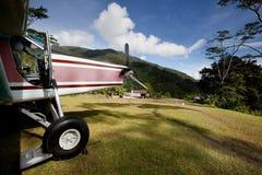 Aeroplano en cauce de la montaña Foto de archivo libre de regalías