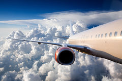 Aeroplano en cielo Fotos de archivo
