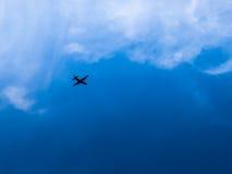 Aeroplano en cielo azul con las nubes Fotos de archivo