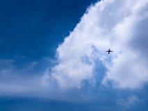 Aeroplano en cielo azul con las nubes Imágenes de archivo libres de regalías