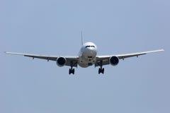 Aeroplano en el acercamiento poco antes que aterriza fotografía de archivo libre de regalías