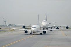 Aeroplano en el aeropuerto Imagenes de archivo