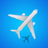 Aeroplano en el aire con la sombra Fotografía de archivo