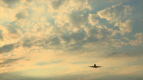 Aeroplano en el aterrizaje del cielo