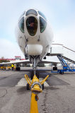 Aeroplano en el campo de aviación Fotos de archivo libres de regalías
