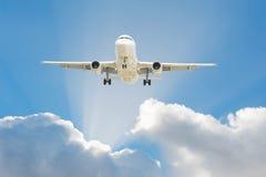 Aeroplano en el cielo fotografía de archivo