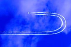 Aeroplano en el cielo con el jet t Foto de archivo libre de regalías