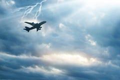 Aeroplano en el cielo con trueno y relámpago fotos de archivo libres de regalías