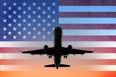 Aeroplano en el cielo de la puesta del sol con la bandera americana - los E.E.U.U. viajan concepto foto de archivo libre de regalías