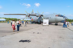 Aeroplano An-12 en el día abierto en el aeropuerto Migalovo Imagen de archivo