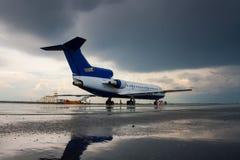 Aeroplano en el delantal del aeropuerto Imagenes de archivo
