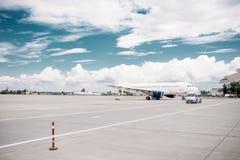Aeroplano en el estacionamiento de los aviones, nadie de Passanger foto de archivo libre de regalías