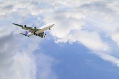 Aeroplano en el fondo del día del buen tiempo del cielo Foto de archivo