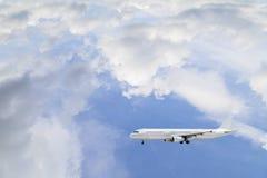 Aeroplano en el fondo del día del buen tiempo del cielo Fotografía de archivo libre de regalías