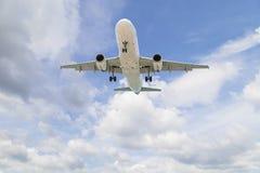 Aeroplano en el fondo del día del buen tiempo del cielo Imagen de archivo