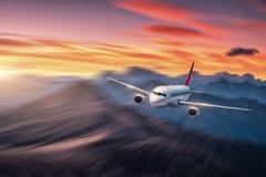 Aeroplano en el movimiento Aviones con efecto de la falta de definici?n de movimiento fotos de archivo