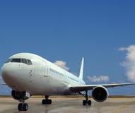 Aeroplano en el primer del aeropuerto. Foto de archivo
