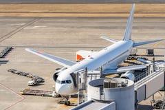 Aeroplano en el puente del jet en aeropuerto imagenes de archivo