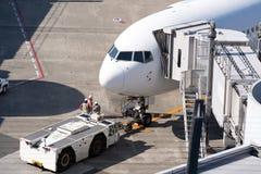 Aeroplano en el puente del jet en aeropuerto fotos de archivo libres de regalías