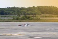 Aeroplano en la pista Foto de archivo