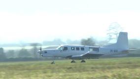 Aeroplano en la pista almacen de metraje de vídeo
