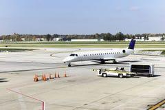 Aeroplano en la pista de despeque Fotos de archivo libres de regalías