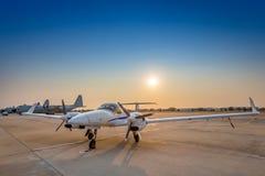 Aeroplano en la pista durante puesta del sol imagenes de archivo