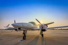 Aeroplano en la pista durante puesta del sol fotografía de archivo