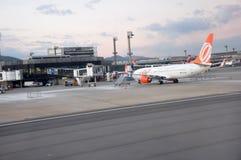 Aeroplano en la puerta, aeropuerto internacional de Guarulhos, Sao Paulo, el Brasil Fotos de archivo