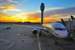 Aeroplano en la salida del sol