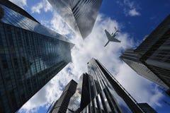 Aeroplano en New York City entre los edificios fotografía de archivo