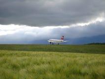Aeroplano en plan de la naturaleza Fotos de archivo libres de regalías