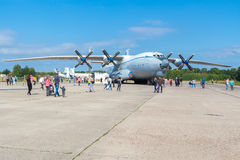 Aeroplano An-22 en un día soleado en el día abierto en el aeropuerto Mig Imagen de archivo