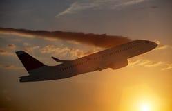 Aeroplano en vuelo imagen de archivo libre de regalías