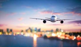 Aeroplano en vuelo en el crepúsculo imagen de archivo