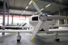 Aeroplano estacionado en hangar Foto de archivo libre de regalías