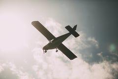Aeroplano fra lo sguardo d'annata delle nuvole Fotografia Stock Libera da Diritti