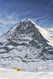 Aeroplano giallo che decolla dalla località di soggiorno alpina in alpi svizzere in w Immagine Stock Libera da Diritti
